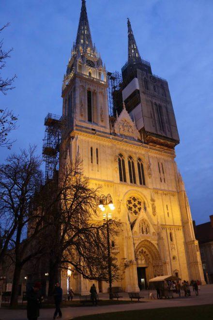 Wunderschön im Abendlicht die Kathedrale von Zagreb - innen so prächtig wie außen.
