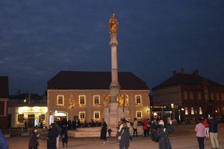 Der Domplatz mit seinem Obelisk und goldener Weihnachtsbeleuchtung.