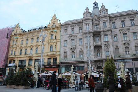 Das Zentrum von Zagreb der Jelacic Platz ist in festliche Adventsstimmung gehüllt.