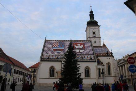 Die Markov Kirche mit ihrem auffälligen Dach als Zentrum der Altstadt von Zagreb.