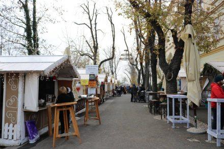 Am Fuße der Altstadt liegen die Weihnachtsstände mit Ausblick.