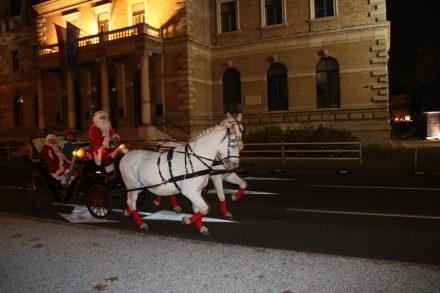 Erwischt - der Weihnachtsmann mit seinen Helfershelfern und den weißen Lipizzanern eingespannt.