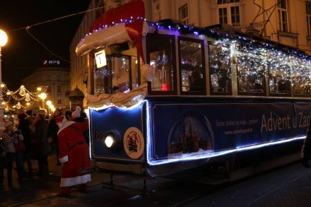 Auch in der Oldtimer Straßenbahn hat Santa das Steuer übernommen.