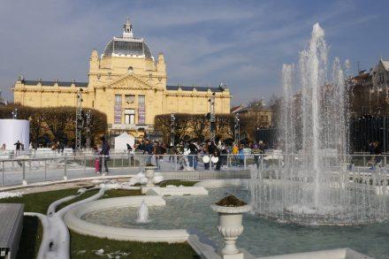 Mit dem Kunstmuseum im Hintergrund erstreckt sich der Eislaufkurs über den gesamten König Tomislav Platz.