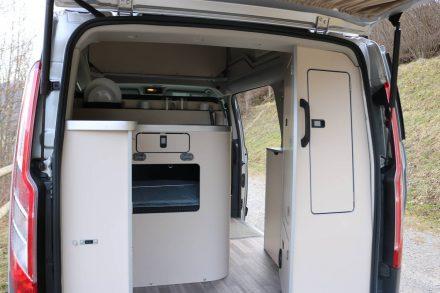 Blick in den Küchenbereich im Heck des Ford Nugget von Westfalia.