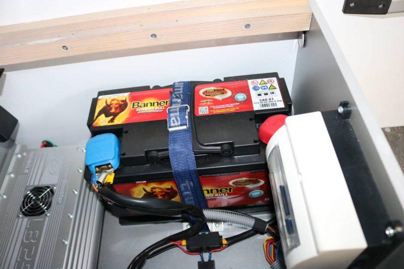 Die Aufbaubatterie ist bei mir unter der hinteren Sitzbank zu finden.