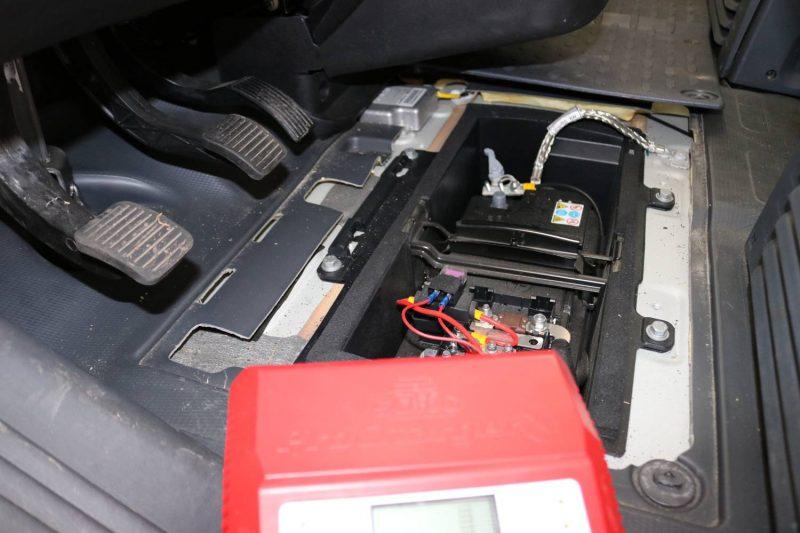 Die Fahrzeugbatterie ist mit der Aufbau-Batterie in Reihe geschaltet.