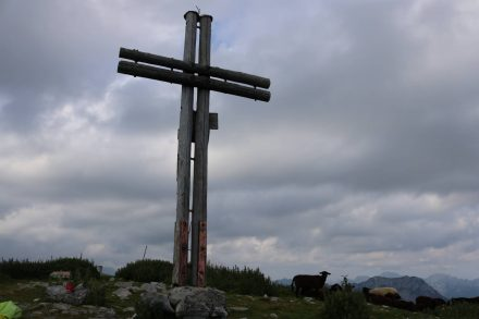 Am Gipfelkreuz auf 1.999 Metern Höhe.