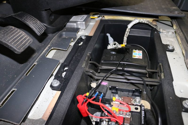 Das Ladegerät richtig an die Batterie anschließen - zuerst den Plus- dann den Minus-Pol.