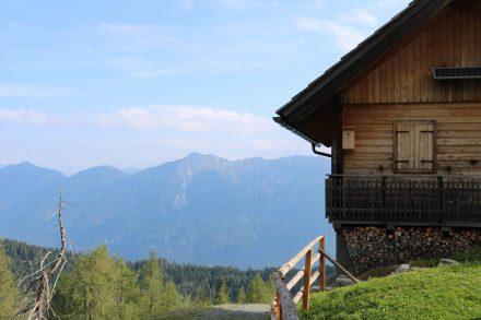 Abstieg über die am steilen Hang gelegene Poludnig Alm.