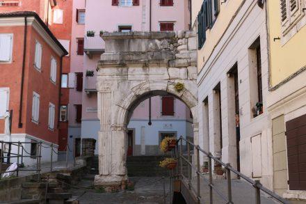 Auf dem Weg hinunter zum Hafen kommt man am römischen Arco di Riccardo vorbei, der inmitten von Wohnhäusern steht.
