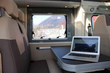 Im gemütlichen Inneren des Adria Compact Plus lässt sich ganz entspannt arbeiten.