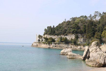 Das Tor zum Schloss Miramare mit Naturschutz-Bucht.