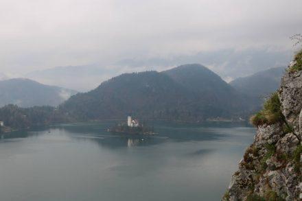 Der Blick vom Burghof über den Bleder See ist atemberaubend.