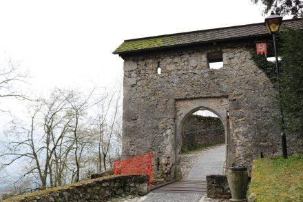 Das alte Burgtor mit kleiner Hängebrücke beschützte die Burg vor unliebsamen Gästen.