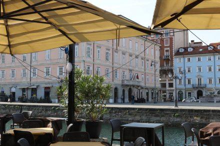Entlang des Canale Grande in Triest laden Cafés und Restaurants zum Verweilen ein.