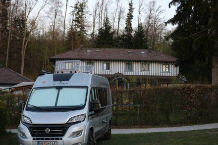 Der Adria Twin auf seinem Stellplatz am Camping Fenningerspitz.