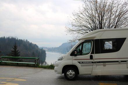 Der schnelle, wendige Adria Compact auf dem kurvigen Weg hinauf zur Burg von Bled.