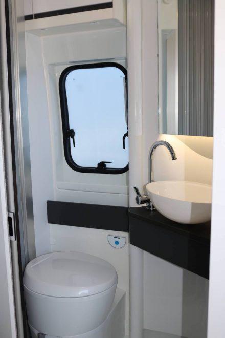 Die eine Seite des Duplex-Bads im Adria Twin Supreme ist mit Toilette und Waschbecken ausgestattet.