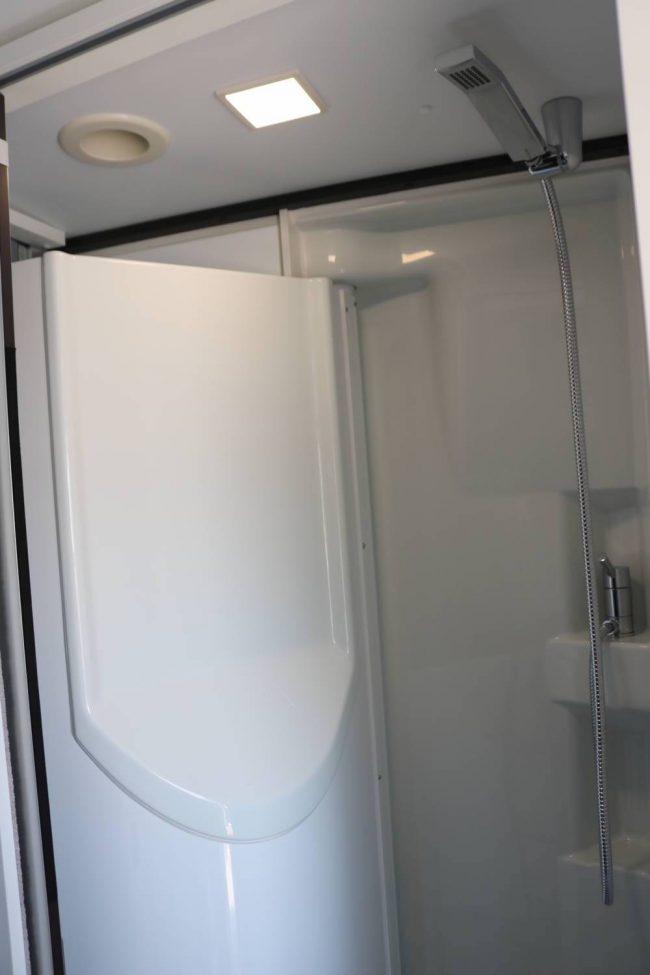 Mit einem Handgriff verwandelt sich das Bad des Adria Twin Supreme in eine abgeschlossene Duschkabine.