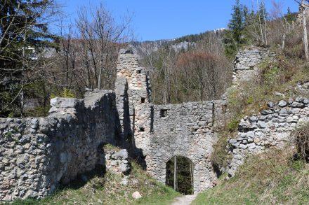 Das Haupttor in das Burggelände ist noch gut erhalten.