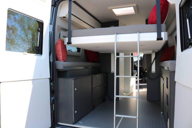 In mittlerer Position bietet das Hubbett im Adria Twin Wohnmobil Schlafplatz und Garagenraum.