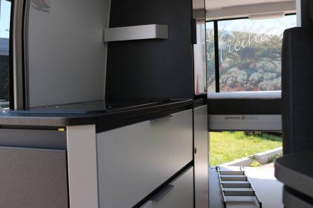Zweiflammen Gasherd und Spüle sind im Adria Twin mit Glasplatten abgedeckt.