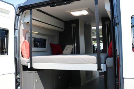 Abgesenkt ergibt das Hubbett eine große Liegefläche im Adria Twin Supreme Kastenwagen.