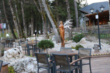 Auch der Außenbereich des Camping Restaurants ist wunderschön gestaltet.