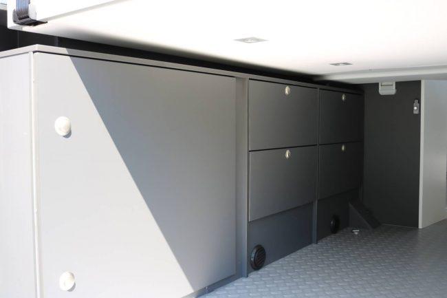 Seitlich im Laderaum des Wohnmobils sind viel Stauräume eingebaut.