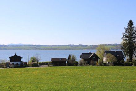 Die Sommerhäuser am Wallersee haben eine schöne Aussicht über den glasklaren See.