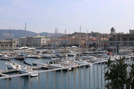 Von der Roofbar an der Marina hat man einen tollen Blick auf den Hafen und auf Triest.