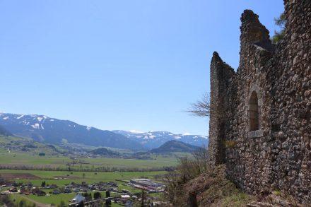 Die Burg Wolkenstein liegt erhaben über dem Tal.