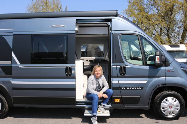 Der Adria Twin Supreme SGX mit Hubbett für aktive Reisen mit dem Wohnmobil