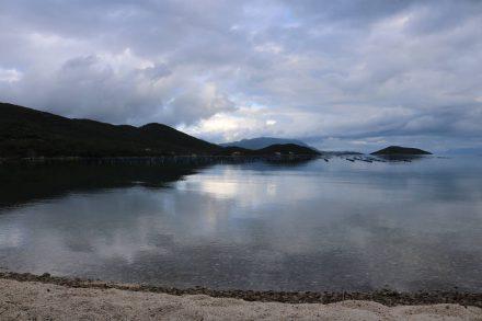 Die einsame Bucht von Brijesta im Abendlicht.