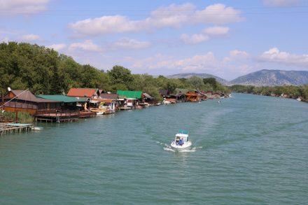 Wie die Fische, so schwimmt auch dieses Boot landeinwärts.