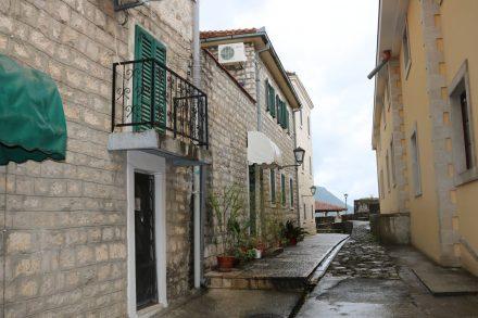 Die Häuser in den Gassen von Herceq Novi Stari Grad.