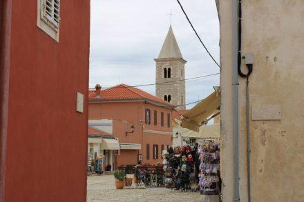 Die Fußgängerzone in der Altstadt von Nin ist putzig und klein.