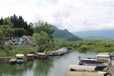 Ausflugsboote unterschiedlicher Größe laden in Virpazar zu einer See-Tour ein.