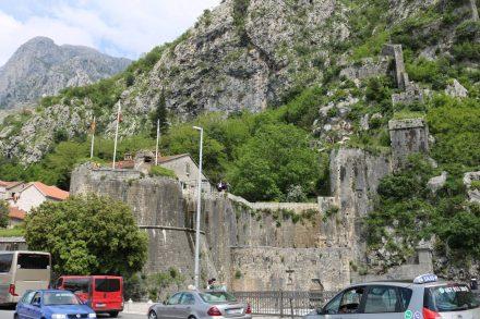 Die berühmten alten Stadtmauern der Stadt Kotor in Montenegro.