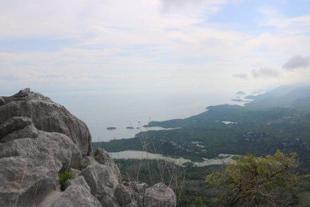 Auf rund 700 Meter Seehöhe über dem Skadarsko jezero.