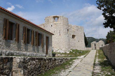 Die Besac Burg über Virpazar wurde rekonstruiert.