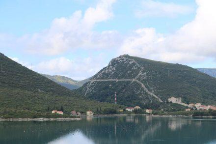 Von der Küstenstraße aus kann man die weitläufige Festungsmauer Ston sehen.