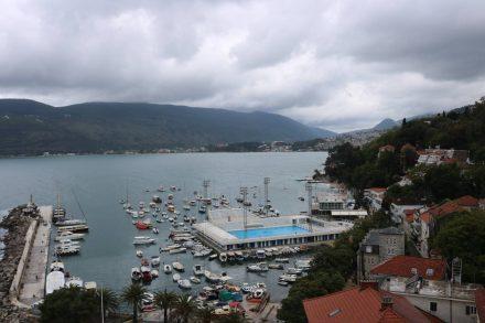 Blick von der Festung auf den Hafen von Herceq Novi.