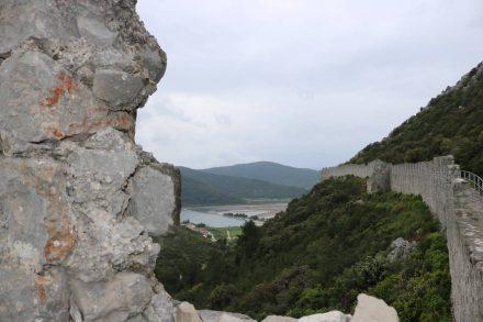 Von der Festungsmauer kann man die große Saline in Ston erkennen.