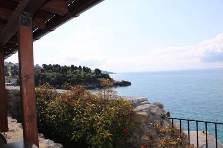 Die Altstadt-Cafes und Restaurants bieten traumhafte Blicke auf das Meer.