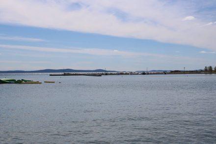 Im warmen Nachmittagslicht liegt der Bootssteg von Zaton und dahinter die Bucht von Nin.