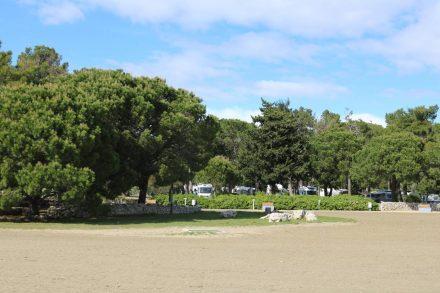 Vom Strand aus kann man die erste Wohnmobil-Reihe erkennen - und andersrum.