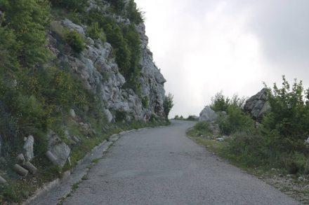 An vielen Engstellen der Bergstraße hofft man, dass keiner entgegenkommt.