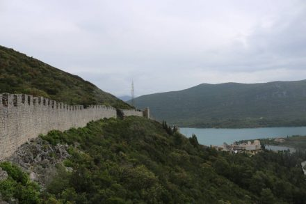 Die Festungsanlage Ston wurde im 16 Jahrhundert in Betrieb genommen.